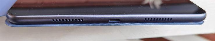 Tabletissa on USB-C-liitäntä ja peräti neljä kaiutinta, joista kaksi näkyy kuvassa. Muita liitäntöjä, kuten 3,5 millimetrin kuulokeliitäntää, ei ole.