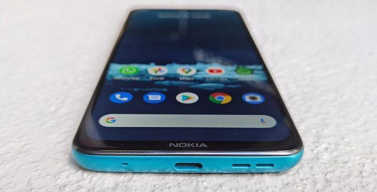 Alhaalla ovat USB-C-liitäntä ja ainut kaiutin. Näytön alareunusta koristaa myös ikoninen Nokia-logo.