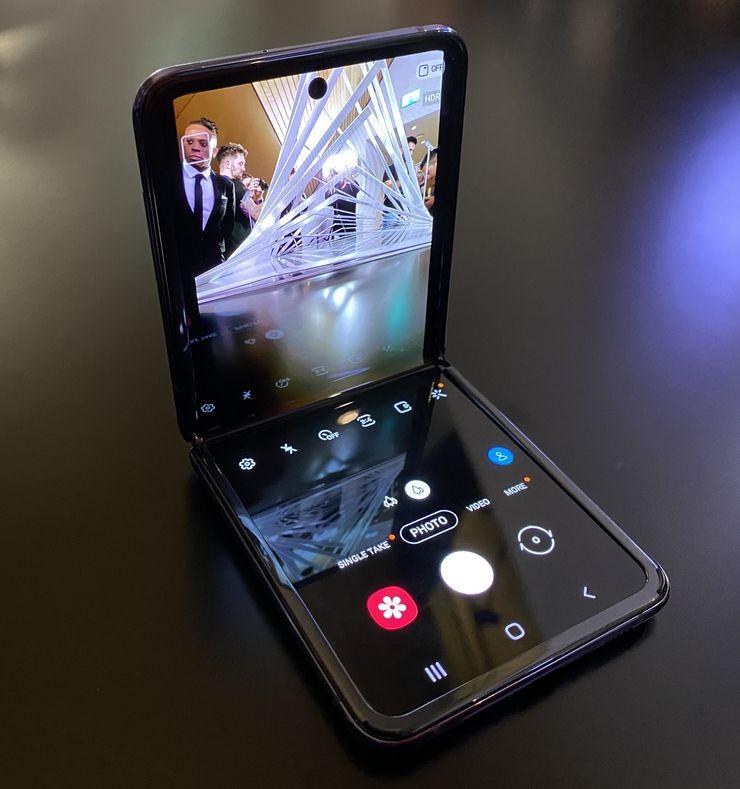 Kamerasovellus Galaxy Z Flipissä näyttö avattuna 90 asteen kulmaan.