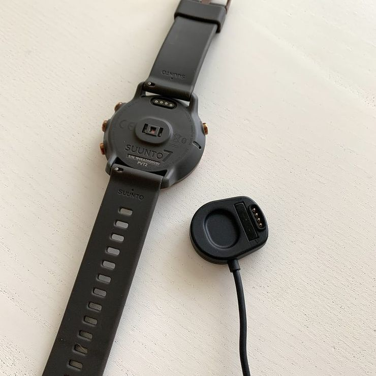 Laturi napsahtaa kellon takakuoreen magneetin avulla.