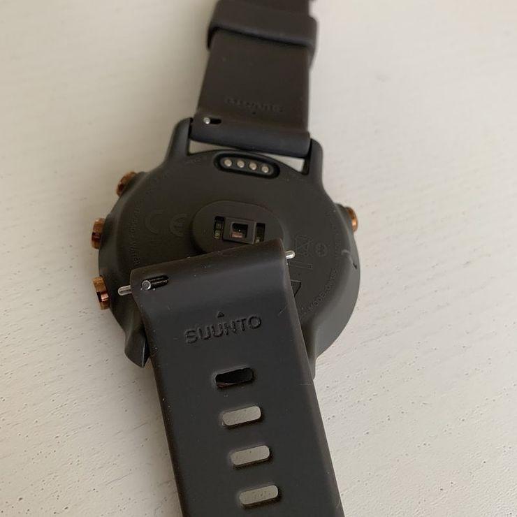 Rannekkeen pikakiinnitys on kätevä, jos haluaa uudistaa kellonsa ulkonäköä tai tuntumaa uudella rannekkeella.