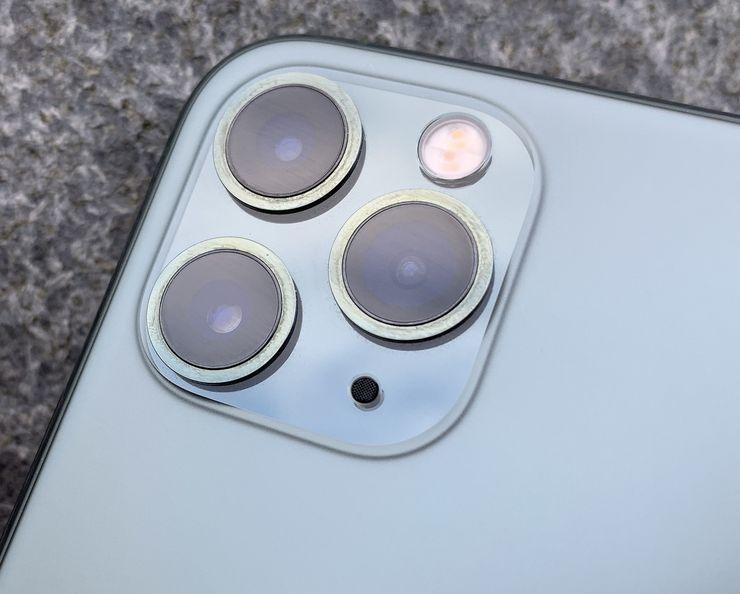 iPhone 11 Pro -mallien pyöristetyn neliön muotoisella kamera-alueella sijaitsee nyt kolme kameraa.