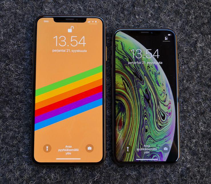 iPhone XS Max ja iPhone XS ovat varustettu laadukkailla OLED-näytöillä. Oikealla olevan iPhone XS:n näytöllä näkyvä oletustaustakuva jättää loven piiloon ollessaan musta yläreunasta.