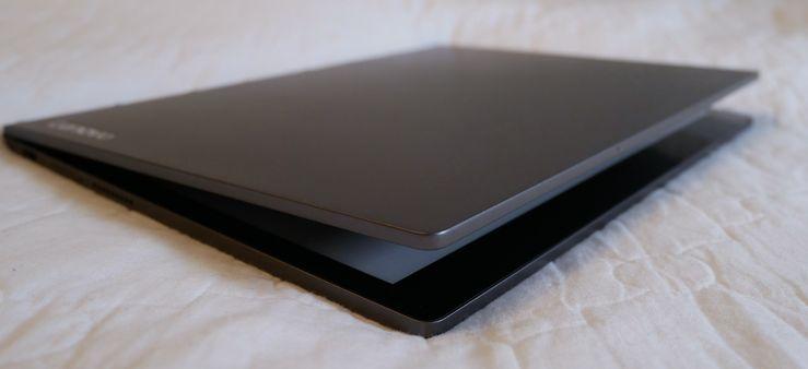 Yoga Book C930 ei ole helpoin avattava läppäri. Napauttamalla kaksi kertaa läppärin kantta laite avautuu kuvanmukaisesti.
