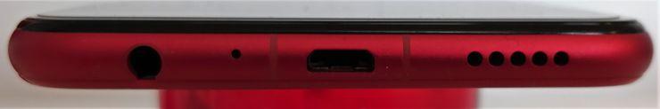 Lataaminen hoituu vanhahtavan Micro-USB-liitännän kautta. Myös 3,5 millimetrin kuulokeliitäntä on mukana.