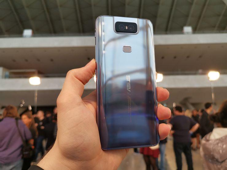 ZenFone 6:n lasinen takapinta on varsin kiiltävä.