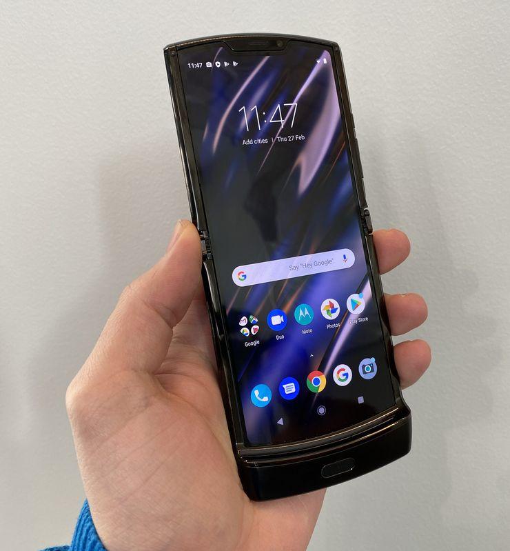 Motorola razrin näytössä ei silmällä erota merkittävää epätasaisuutta taitoskohdass.