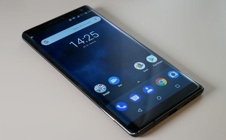 Nokia 8 Siroccon näyttö kaareutuu reunoille.