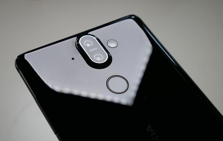 Nokia 8 Siroccon kaksoiskameran alapuolella on sormenjälkilukija.