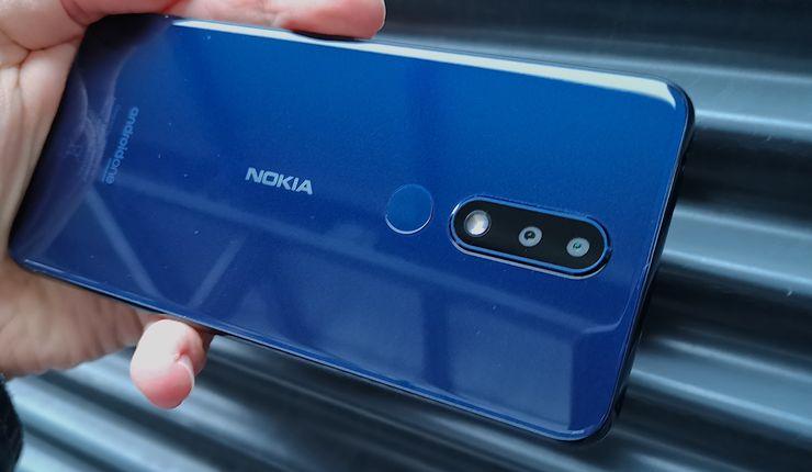 Sininen Nokia 5.1 Plus näyttää eri valaistuksissa varsin erilaiselta. Kädessä puhelin tuntuu kokoonsa nähden keveältä, johon oma vaikutuksensa lienee myös muovin käytöllä.