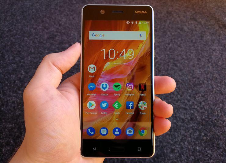 """Nokia 5 (kuvassa) ja Nokia 6 tulivat julkaisussa Android 7.1 Nougat -ohjelmistoversiolla varustettuna. Uuden Android 8.0 Oreo -päivityksen myötä puhelimet saavat tuen muun muassa """"kuva kuvassa"""" -ominaisuudelle."""