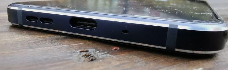 Pohjasta löytyy USB-C-liitäntä ja kaiuttimen sekä mikrofonin aukot. Myös kuulokeliitäntä Nokia 7.1:stä löytyy, puhelimen yläpäästä.