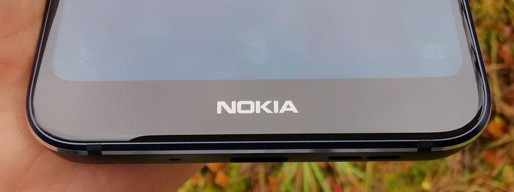 """Nokia 7.1:n näytön alareunus, eli """"leuka"""", on nykypäivänä poikkeuksellisen kookas."""