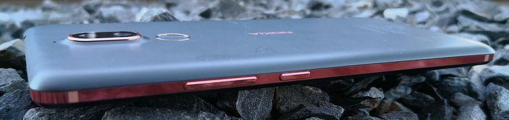 Nokia 7 Plussan kyljet on tehty kuparinväriseksi.