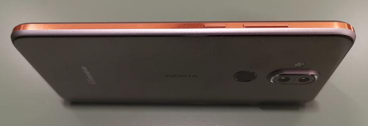 """Nokia 7 Plussasta tuttu design-elementti, """"kylkinauha"""", on läsnä myös Nokia 8.1:ssä."""
