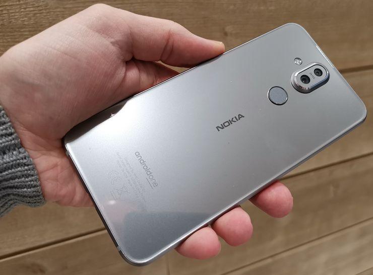 Takaa Nokia 8.1 on lasipintainen.