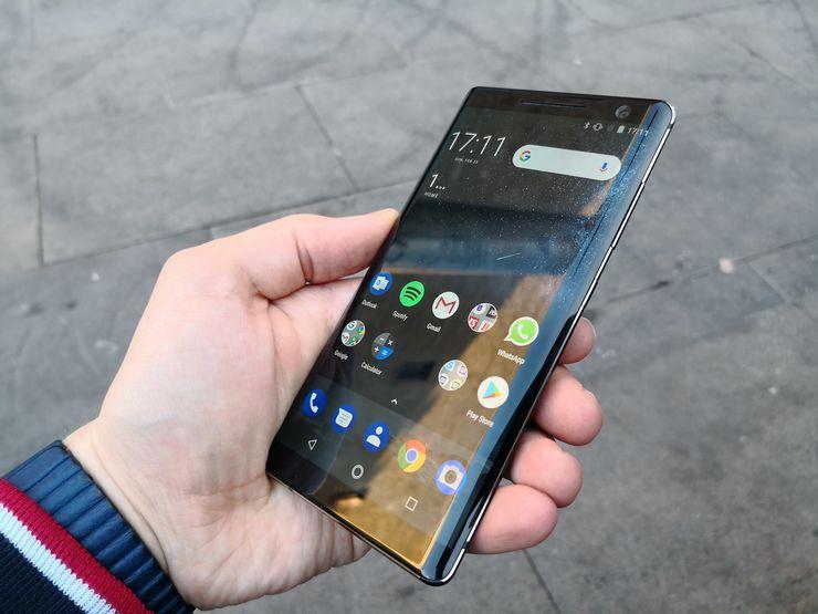 Näyttö kaartuu tyylikkäästi reunoille Nokia 8 Siroccossa. Kokonaisuutena tuntuma puhelimesta on erittäin laadukas.