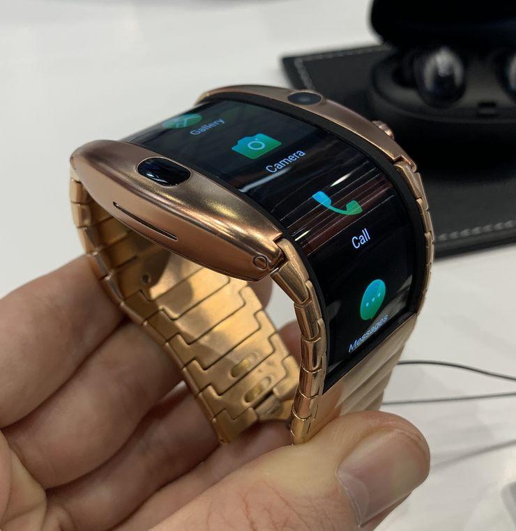 Rannelaitteeseen sopivan OLED-näyttöpaneelin ei tarvitse taittua kuten älypuhelimissa, vaan vain taipua jonkin verran.