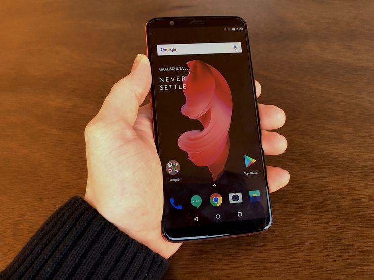 Edestä OnePlus 5T:n punainenkin värivaihtoehto on musta.
