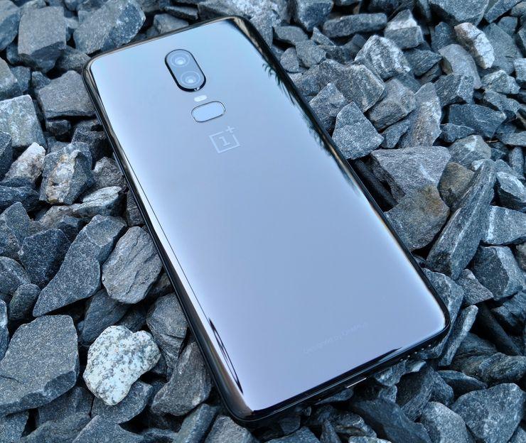 OnePlus 6:n Mirror Black on takaa nimensä mukaisesti peilimäinen. Mustan ohella tietyssä valossa puhelin näyttää myös hieman ruskealta.