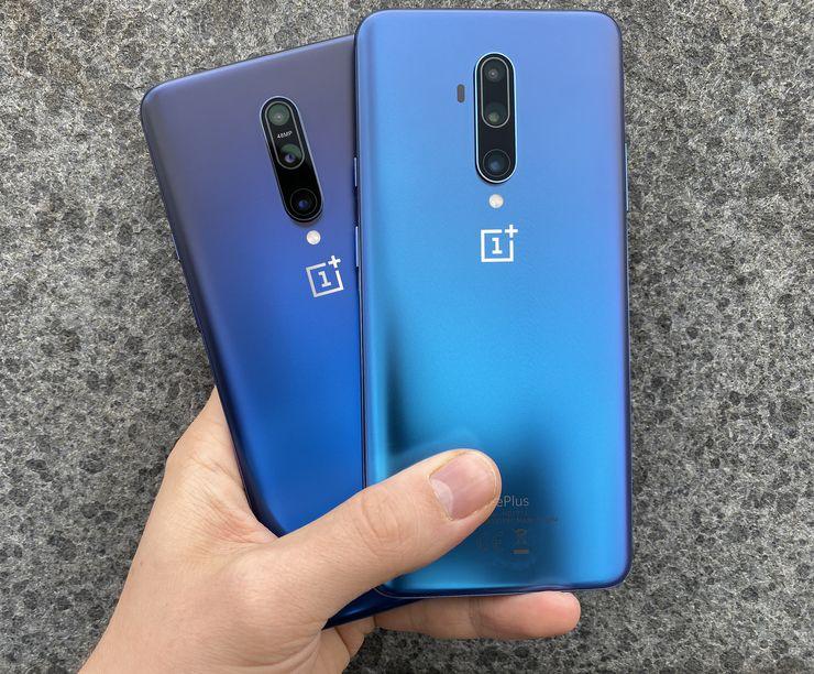 Syystä tai toisesta lasertarkennuksen anturi on siirretty OnePlus 7T Prossa kamera-alueen ulkopuolelle sen vasemmalle puolelle. Lisäksi kuvassa näkyy hyvin OnePlus 7 Pron Nebula Blue -värin ja OnePlus 7T Pron Haze Blue -värin sävyero.