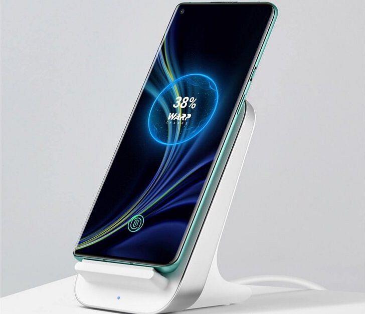 OnePlus 8 Pro -älypuhelin OnePlussan Warp Charge 30 Wireless Charger -laturissa. Kuva: evleaks / Evan Blass.