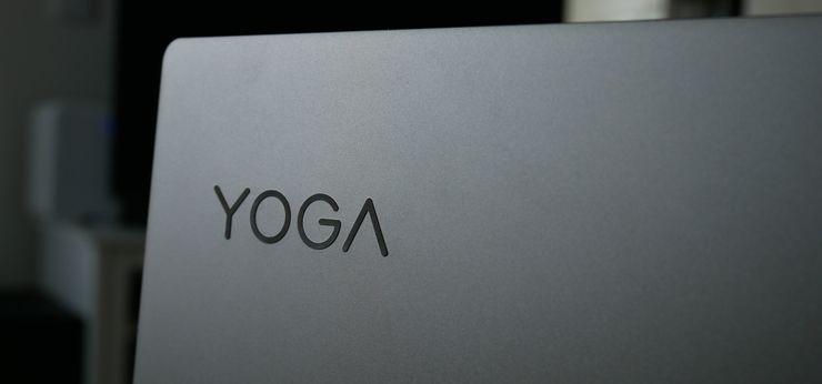 Lenovon logoa ei laitteen kannessa ole, mutta Yoga-sarjan logo löytyy.