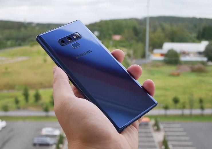 Galaxy Note9:n sininen värivaihtoehto on varsin hillitty ja tyylikäs.