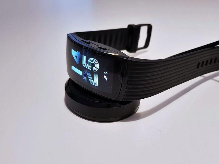 Gear Fit2 Pro ladataan Gear Sportin tapaan telakan avulla.