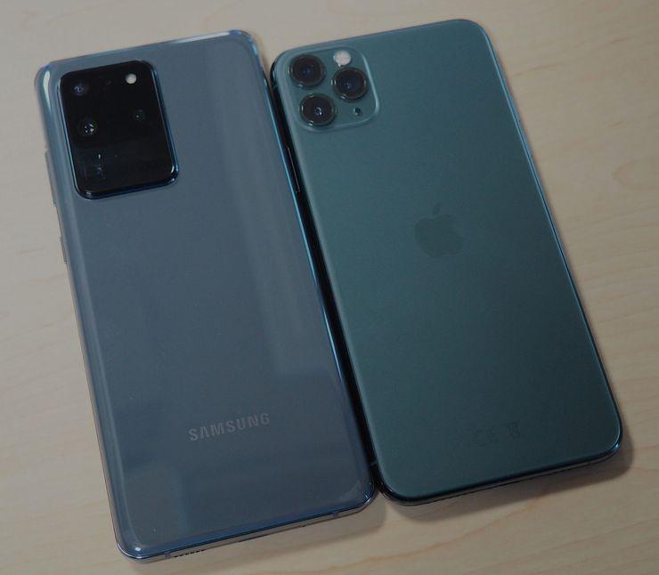 Galaxy S20 Ultra vs. iPhone 11 Pro Max. Samsung on pidempi mutta myös hieman kapeampi. Kamera-alue Samsungissa on paljon kookkaampi ja paksumpi.