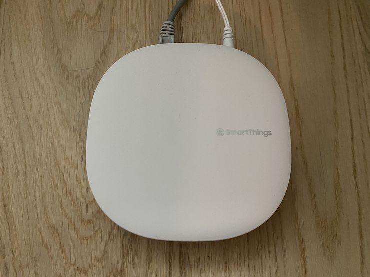 SmartThings Hub toimii muiden laitteiden keskuksena.