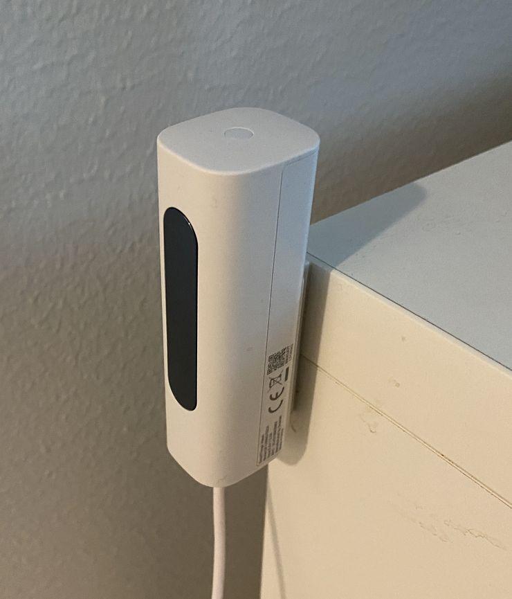 SmartThings Vision -kamera. Kamera sisältää myös valkoisen LED-valon, joka syttyy kun kamera havaitsee liikettä (voi kytkeä pois asetuksista).