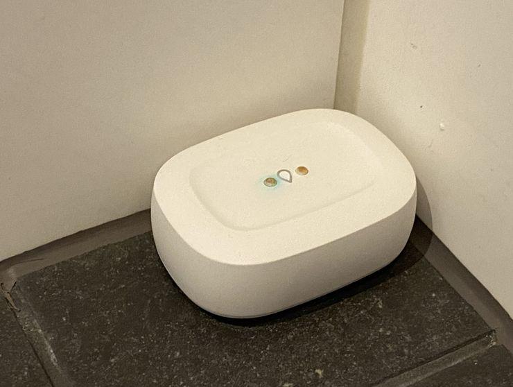 SmartThings-vesivuototunnistin kylpyhuoneen nurkassa.