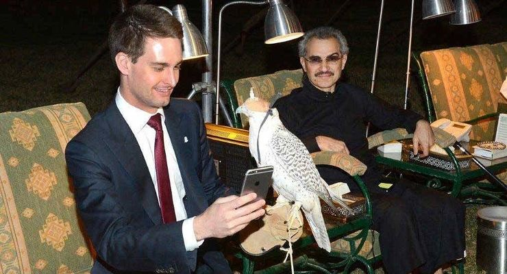 Snapchatin toimitusjohtaja Evan Spiegel yhdessä tuoreen saudisijoittajan Al-Waleed Talalin kanssa.
