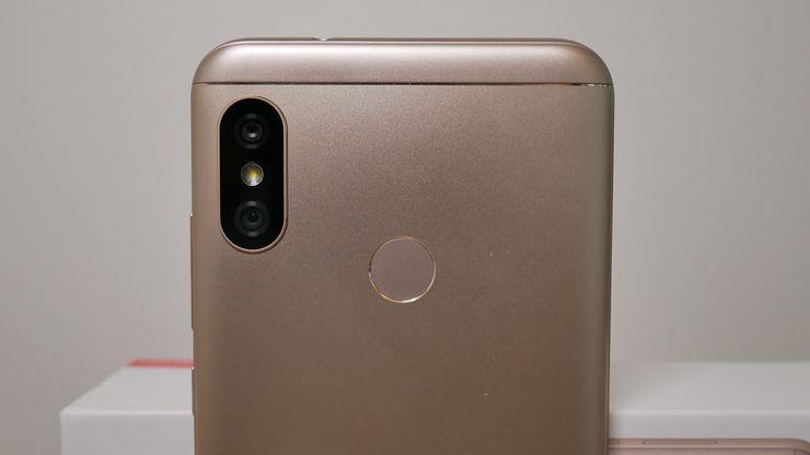 Xiaomi Mi A2 Liten takapuolella on sormenjälkilukija kaksoiskameran ja LED-kuvausvalon lisäksi.