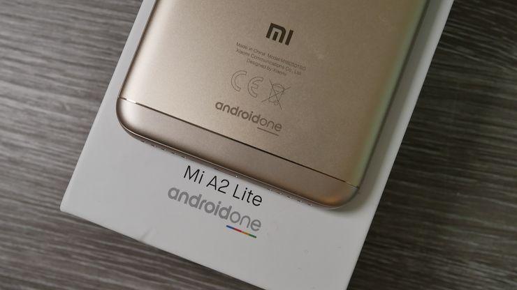 Sekä Mi A2 Lite että sen myyntipakkaus kertovat, että se kuuluu Android One -ohjelmaan.