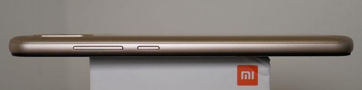 Mi A2 Liten oikeassa laidassa ovat äänenvoimakkuusnäppäimet sekä virtanäppäin.