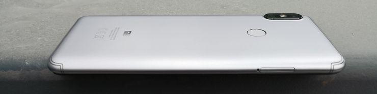 Takakamera ulkonee hieman Redmi S2:n muusta takapinnasta.
