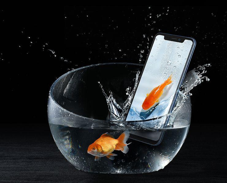 Axon 9 Pro on IP68-luokiteltu pölyn- ja vedenkestävyydeltään, eli kestää upotuksen 1,5 metrin syvyyteen 30 minuutiksi.