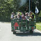 Markkinoiden traktorikuljetukset alkoivat jo aamulla ja jatkuivat markkinapäivän loppuun saakka. Kuva: Krista Koski