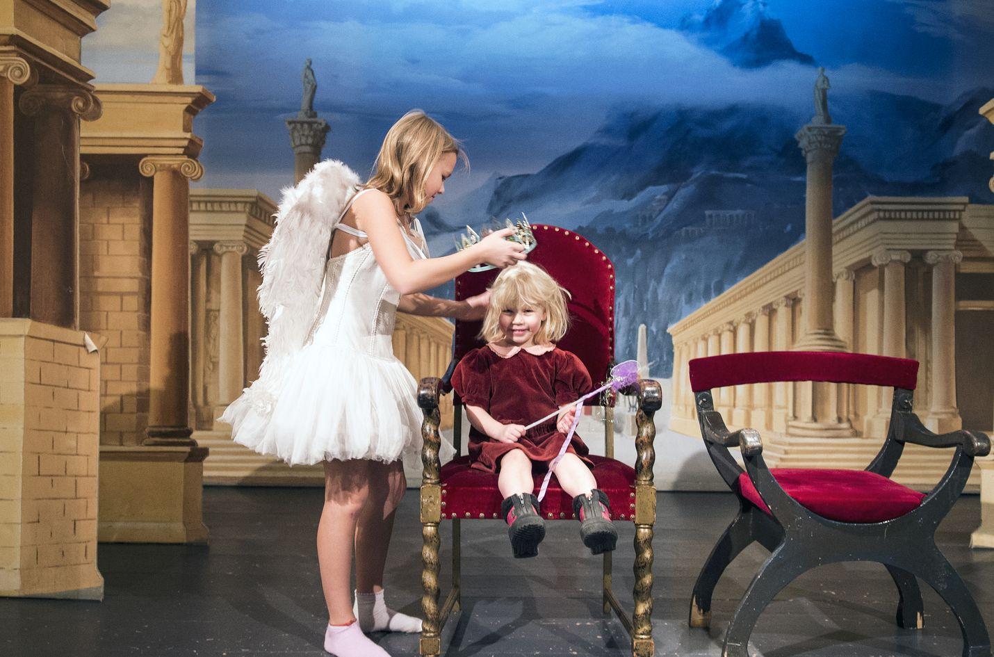 Sienna Rönnblad kokeili Teatterimuseossa, minkälaista olisi olla enkelisiipinen ballerina. Iiris Nyrönen nautti prinsessan roolista.