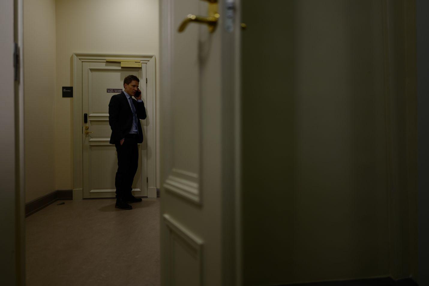 Syyttäjä sampsa hakala Turun hovioikeudessa perjantaina ennen valmisteluistunnon alkamista.