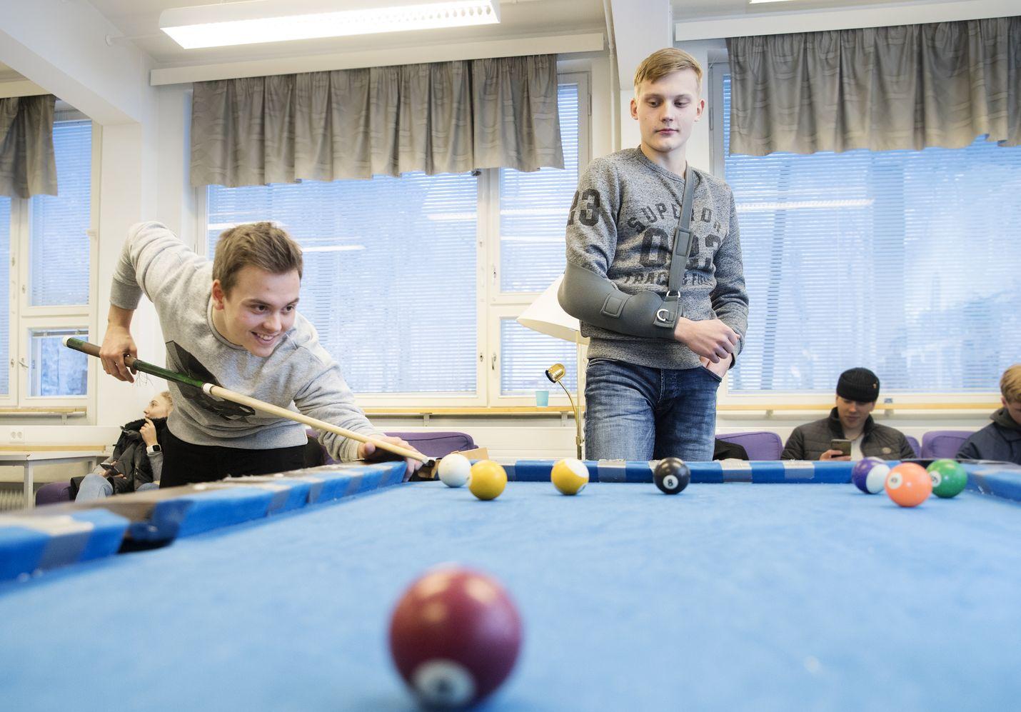 Lukion toisen luokan oppilaat Aki Panuma ja Tuomas Loponen suhtautuvat korkeakoulujen opiskelijavalintauudistukseen eri tavoin: Loposen mukaan uudistus suosii teoreettisissa aineissa hyviä opiskelijoita. Panuman mielestä on helpottavaa, kun voi keskittyä jatko-opintojen kannalta tärkeisiin aineisiin.