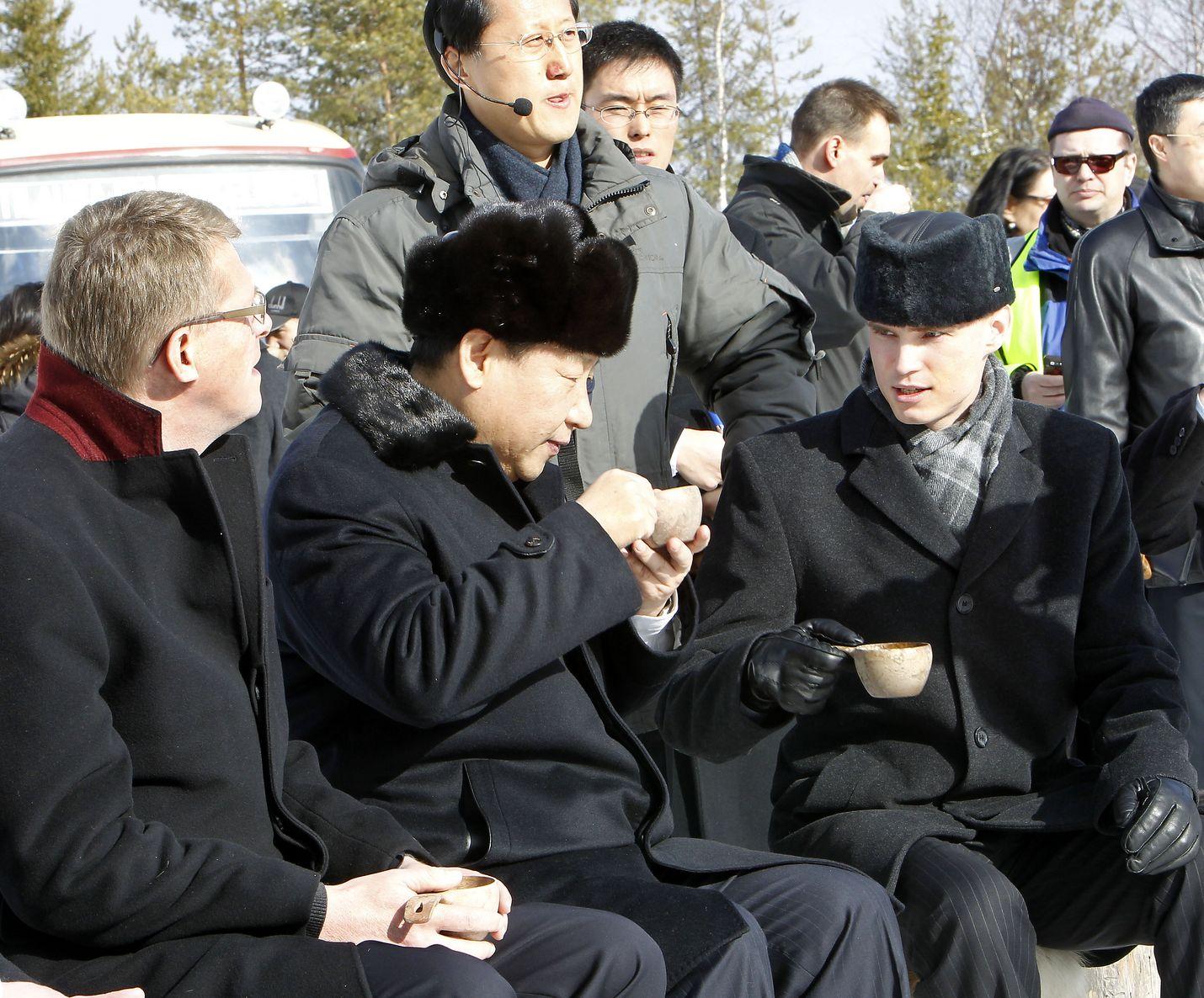 Kiinan presidentti Xi Jinping maistoi kuksasta juomaa Rovaniemellä 27. maaliskuuta 2010, kun hän oli vielä maan varapresidentti. Xitä isännöivät vasemmalla istuva silloinen pääministeri Matti Vanhanen (kesk.) ja oikealla oleva rovaniemeläispoliitikko Heikki Autto (kok.).