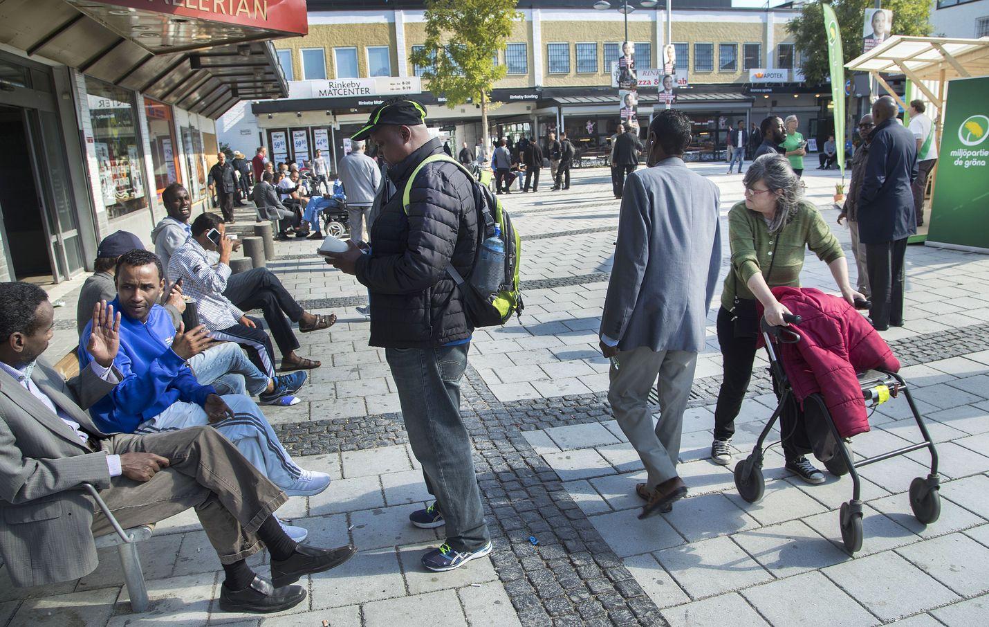 Ruotsissa järjestettiin valtiopäivävaalit noin neljä kuukautta sitten syyskuun alussa. Kuva Rinkebyn torilta vaalien alla.