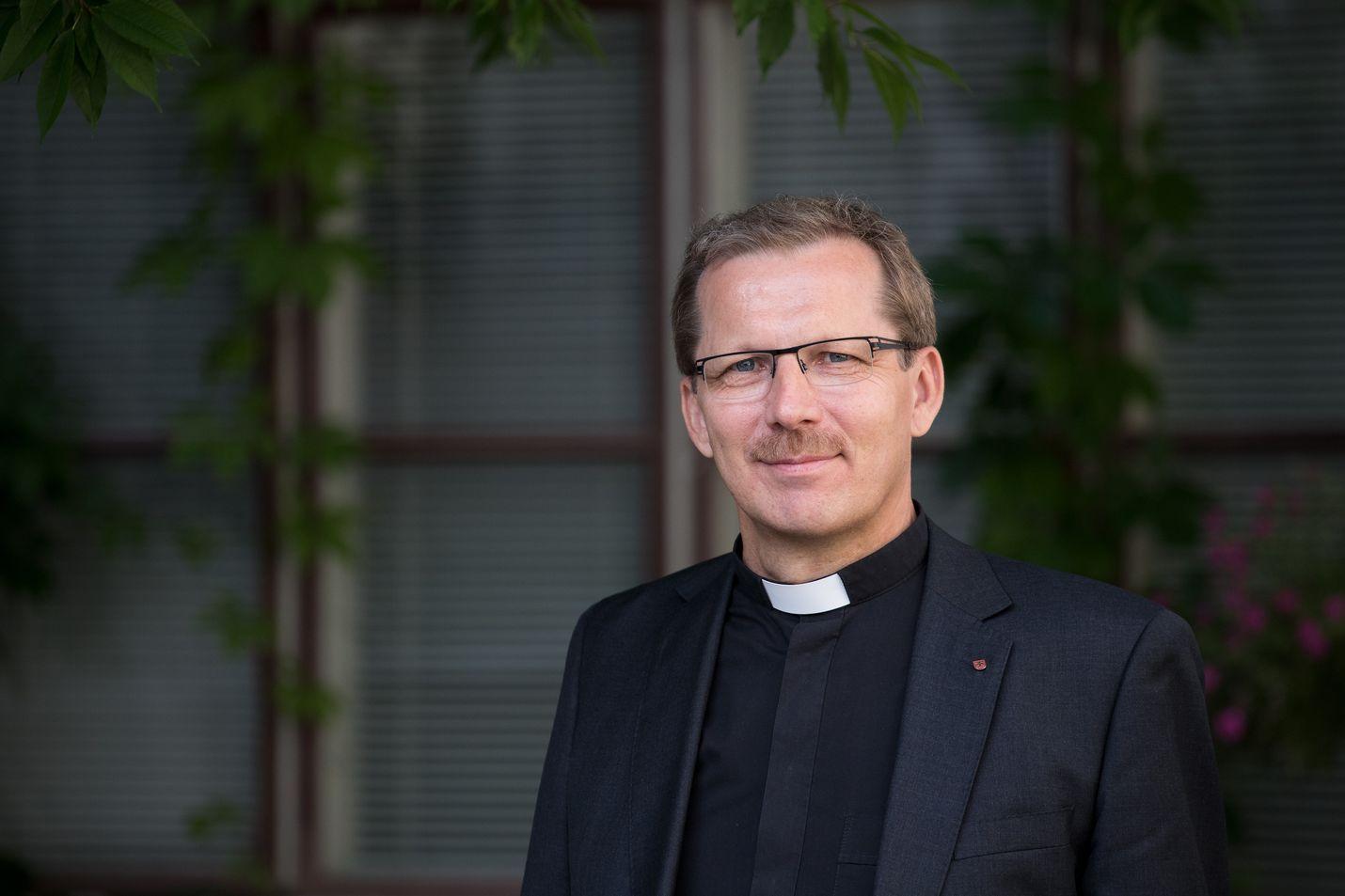 Oulun hiippakunnan piispa Jukka Keskitalo sanoo, että Oulussa nuorten ja lasten turvallisuuden tunnetta vahvistetaan parhaiten kodeissa. Seksuaalirikokset herättävät voimakkaita tunteita, vihaa ja pettymystä, joista on keskusteltava avoimesti ja rehellisesti.