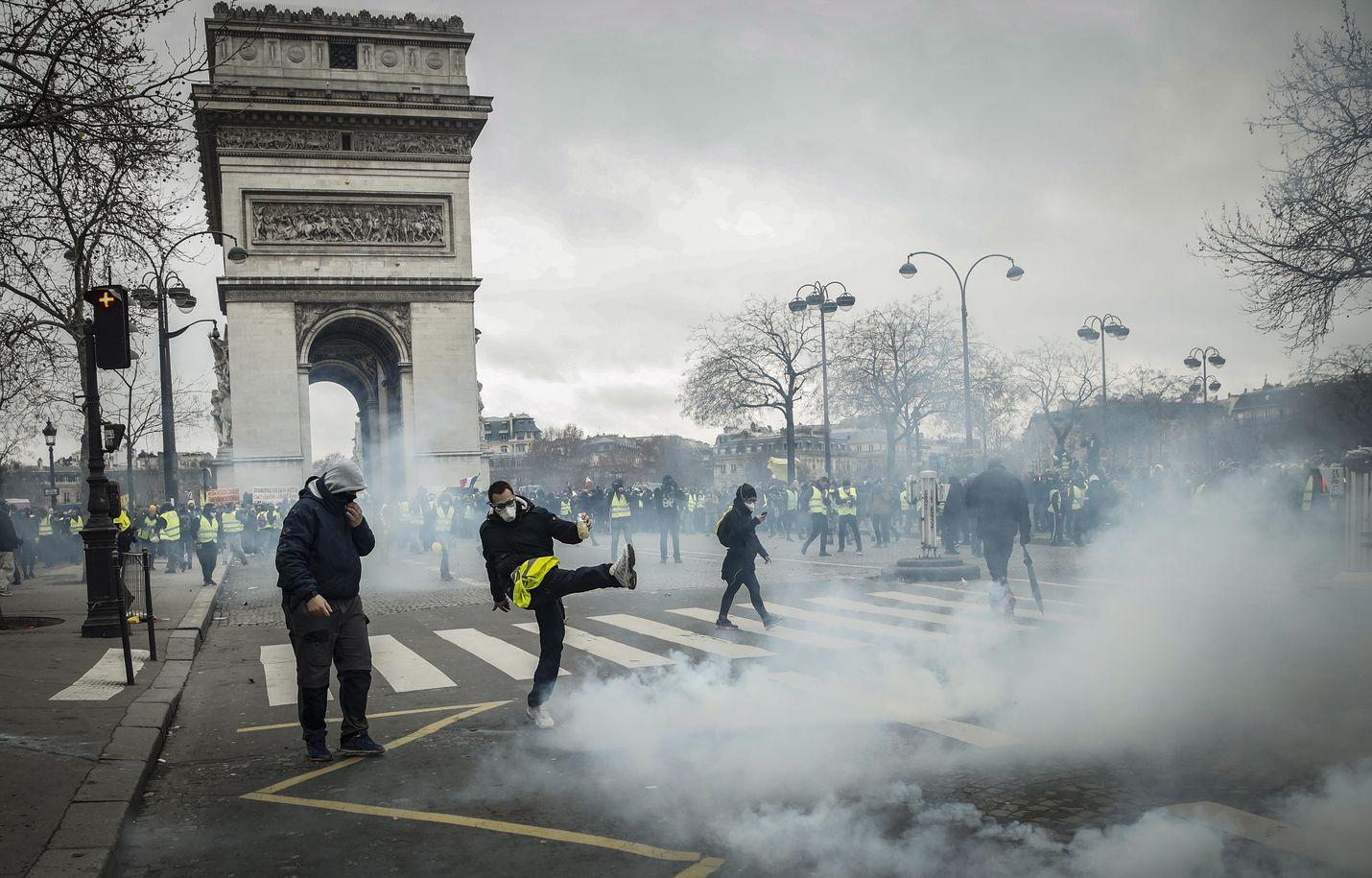 Poliisi yritti hajottaa kyynelkaasulla keltaliivien mielenosoituksen Pariisin Place de l'Etoilella, lähellä Riemukaarta.