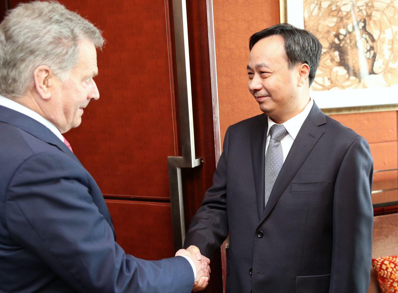 Presidentti Sauli Niinistö (vas.) tapasi Pekingin ilmastoseminaarin yhteydessä Kiinan ympäristöministerin Li Ganjien.