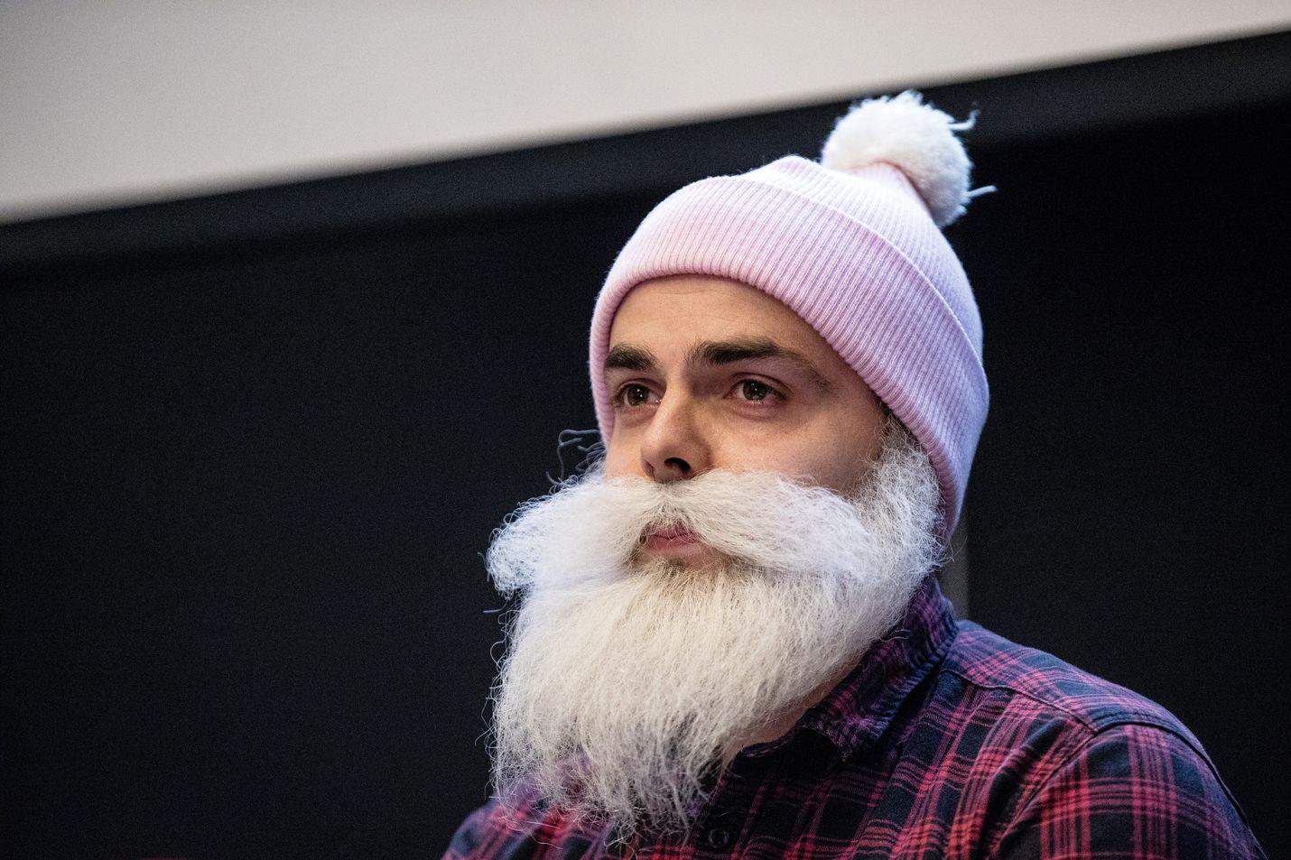 Hyväntekeväisyyttä harjoittava Brother Christmas, eli Ari Koponen, piti tiedotustilaisuuden huhtikuussa, jossa hän kiisti yhdistyksensä väärinkäytökset.