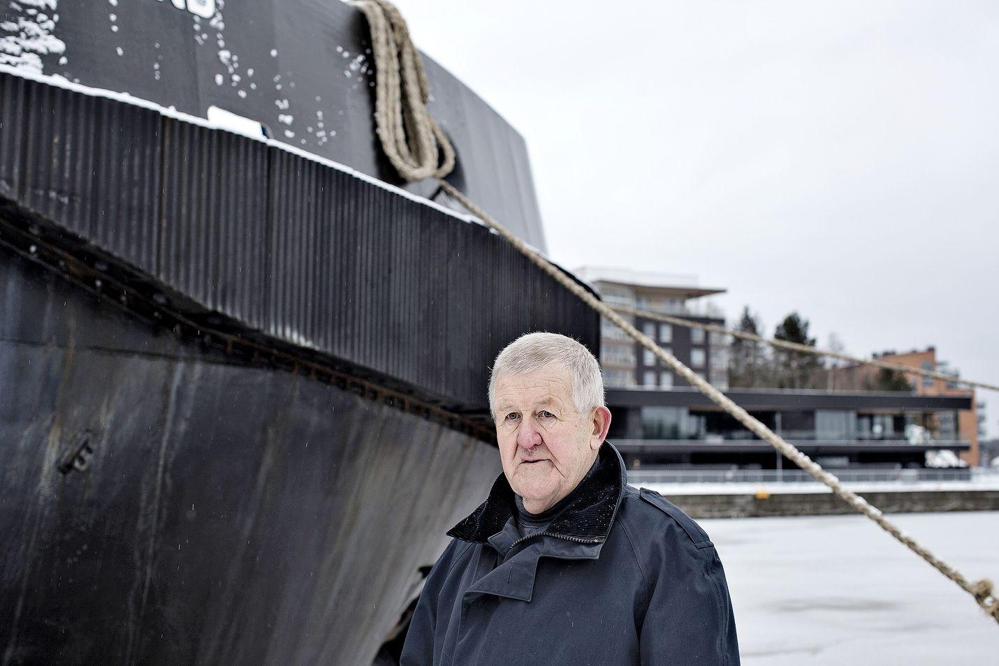 Turkulainen lippueamiraali evp. Bo Österlund väittelee perjantaina Maanpuolustuskorkeakoulussa Helsingissä Suomen meriliikenteen huoltovarmuudesta.